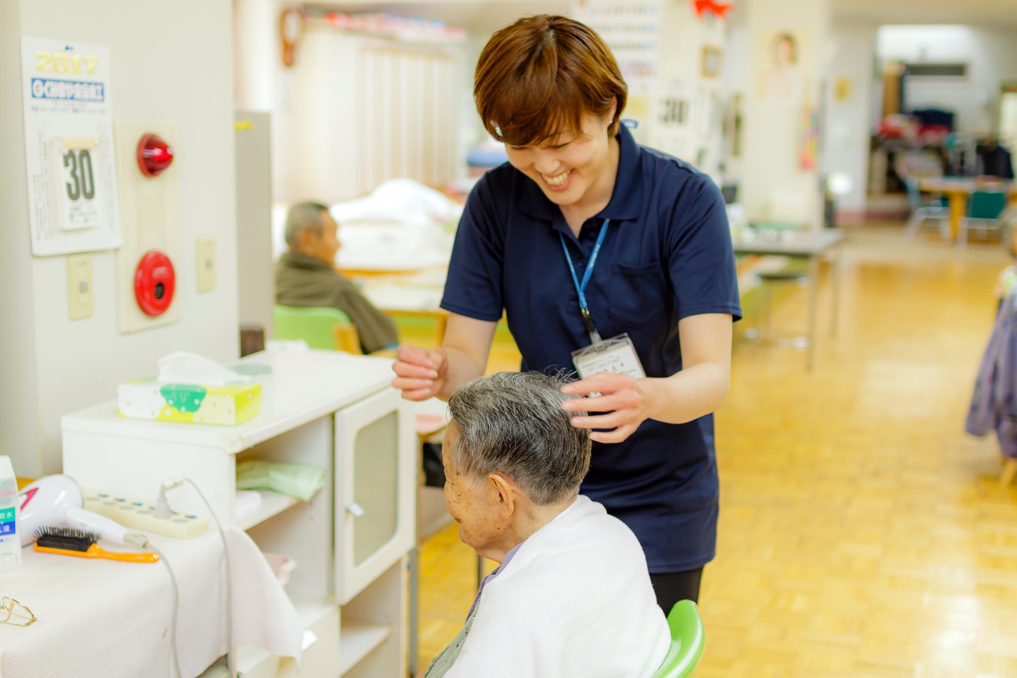 高齢者生活福祉センターかたくりの園 入浴後の整容の様子